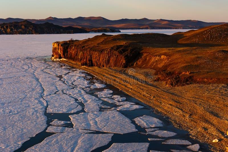 Wschód słońca przy Baikal jeziorem z łupanie lodem obrazy stock