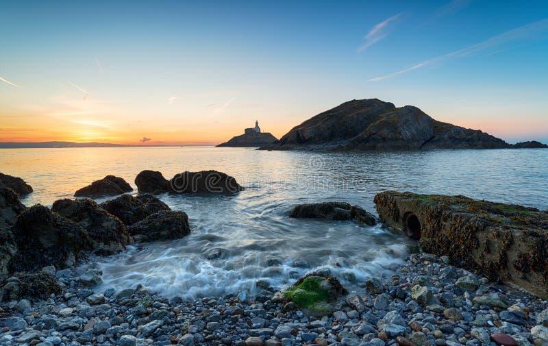 Wschód słońca przy bełkotami blisko Swansea zdjęcia royalty free