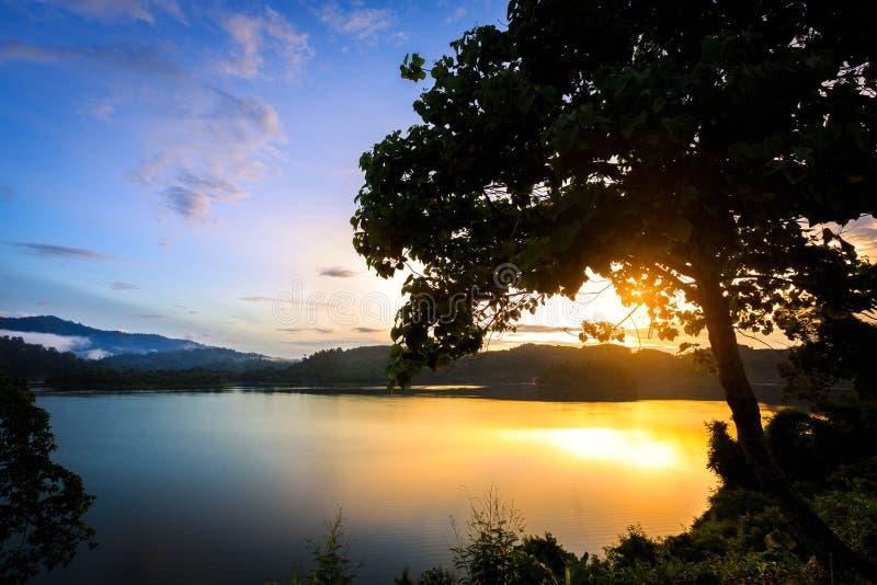 Wschód słońca przy khao sokiem zdjęcie stock