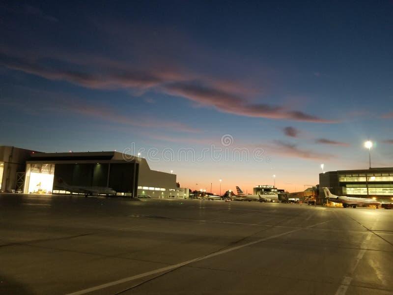 Wschód słońca przy lotniskiem obrazy stock