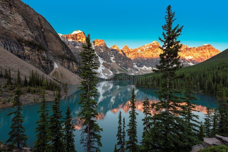 Wschód słońca przy Morena jeziorem w Kanadyjskich Skalistych górach, Banff park narodowy, Kanada fotografia royalty free