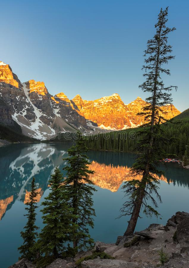 Wschód słońca przy Morena jeziorem w Kanadyjskich Skalistych górach, Banff park narodowy, Kanada zdjęcie royalty free
