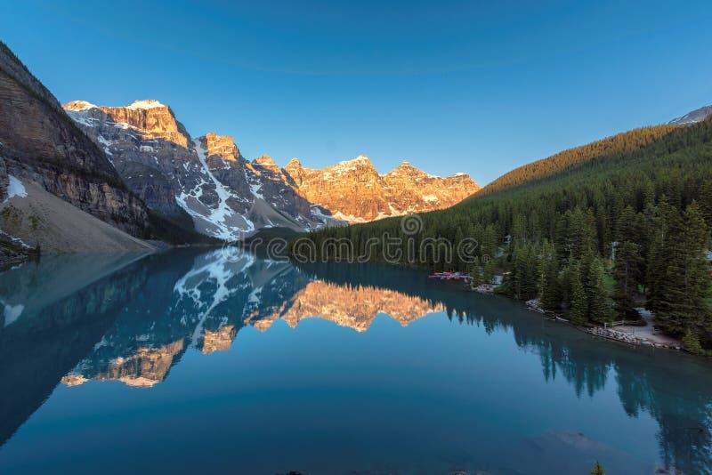 Wschód słońca przy Morena jeziorem w Kanadyjskich Skalistych górach, Banff park narodowy, Kanada zdjęcia royalty free