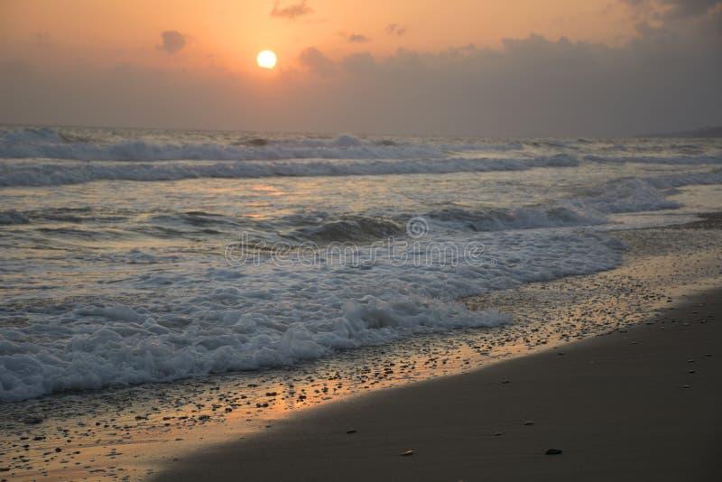 Wschód słońca przy morzem Pogodna ścieżka i fale Georgioupolis plaża, Crete Grecja zdjęcie stock