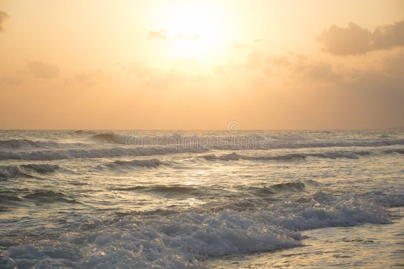 Wschód słońca przy morzem Pogodna ścieżka i fale Georgioupolis plaża, Crete Grecja zdjęcie royalty free