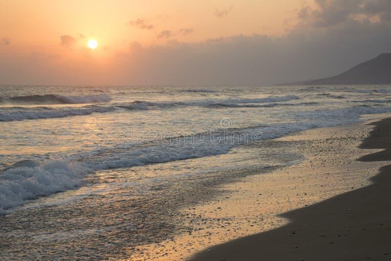 Wschód słońca przy morzem Pogodna ścieżka i fale Georgioupolis plaża, Crete Grecja fotografia royalty free