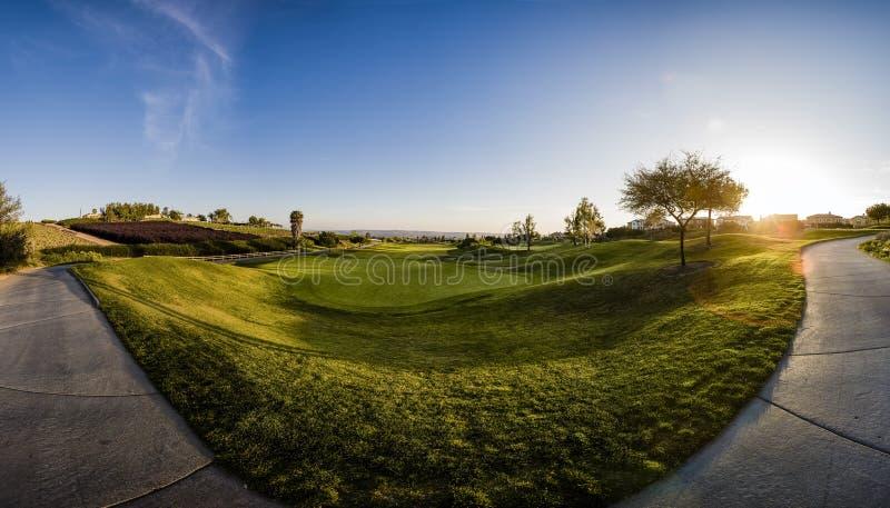 Wschód słońca przy polem golfowym z widokami farwater i sidewal zdjęcie stock