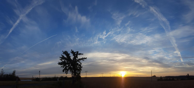Wschód słońca przy riht czasem i wspaniałym płaskim niebem wykłada obraz royalty free