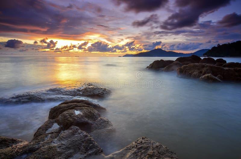 Wschód słońca przy skalistą plażą w terengganu, Malaysia wizerunek brać z długim ujawnieniem, obyczajowa biel równowaga zdjęcie stock