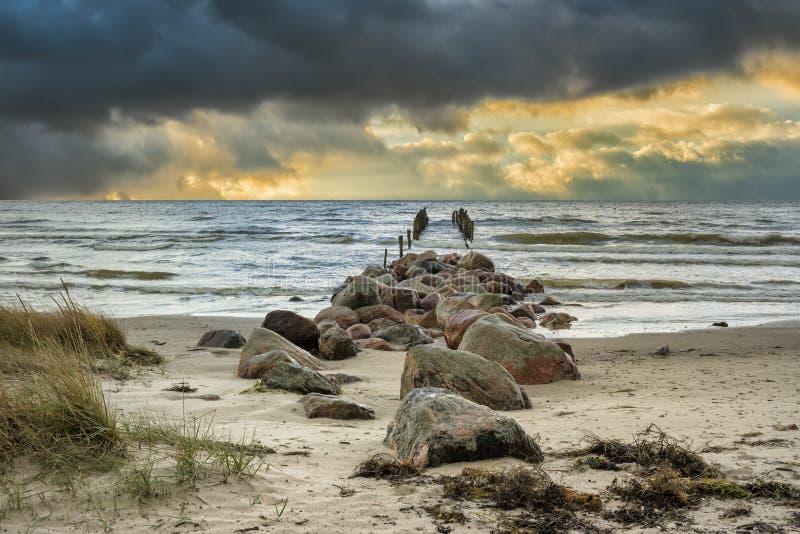 Wschód słońca przy starym łamającym molem przy morzem bałtyckim, Latvia obrazy royalty free