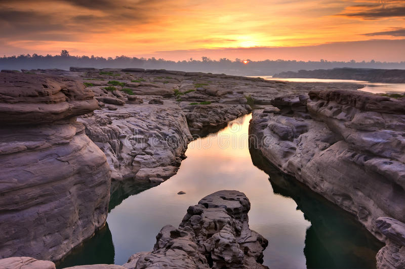 Wschód słońca przy Tajlandia uroczystym jarem