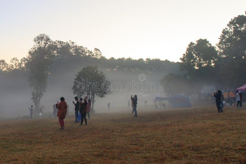Wschód słońca przy Thung Salaeng Luang parkiem narodowym, ludzie lub podróżnik, jesteśmy campingowym namiotem z mgłowym lub mglis zdjęcie royalty free