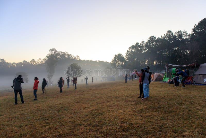 Wschód słońca przy Thung Salaeng Luang parkiem narodowym, ludzie lub podróżnik, jesteśmy campingowym namiotem z mgłowym lub mglis obraz stock