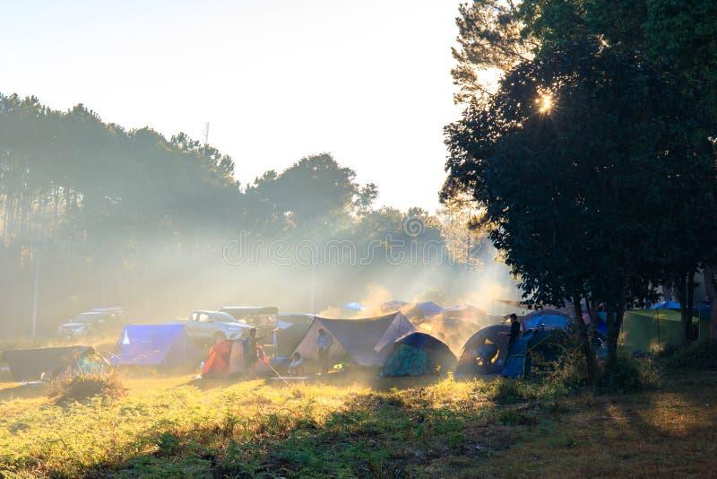 Wschód słońca przy Thung Salaeng Luang parkiem narodowym, ludzie lub podróżnik, jesteśmy campingowym namiotem z mgłowym lub mglis zdjęcie stock