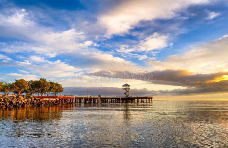 Wschód słońca rozjaśnia niebo w Portowym Angeles, Waszyngton zdjęcie royalty free