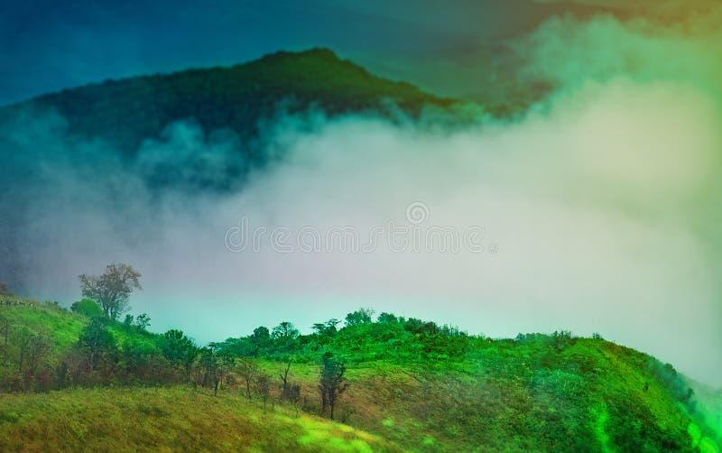 Wschód słońca scena z szczytem góry zielona trawa i błękitny sk fotografia royalty free