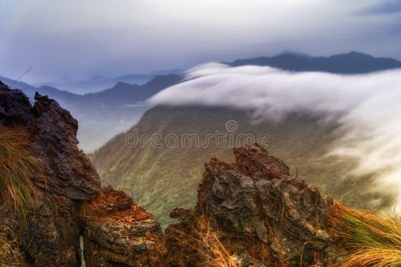 Wschód słońca scena z szczytem góry zielona trawa i błękitny sk zdjęcia royalty free
