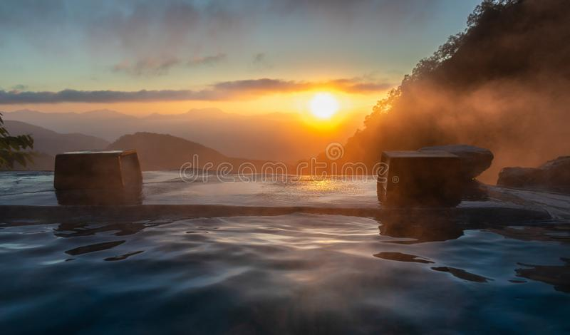 Wschód słońca w japońskiej gorącej wiosnie, Yari Onsen, obrazy stock