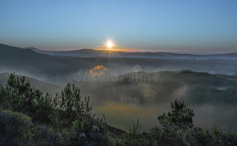 Wschód słońca w jasnym dniu z niskimi chmurami zdjęcia royalty free