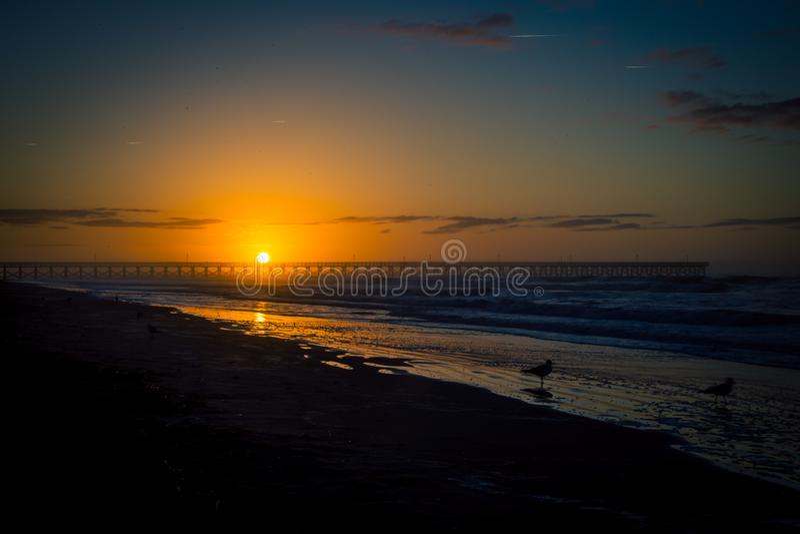 Wschód słońca w mirt plaży obrazy stock