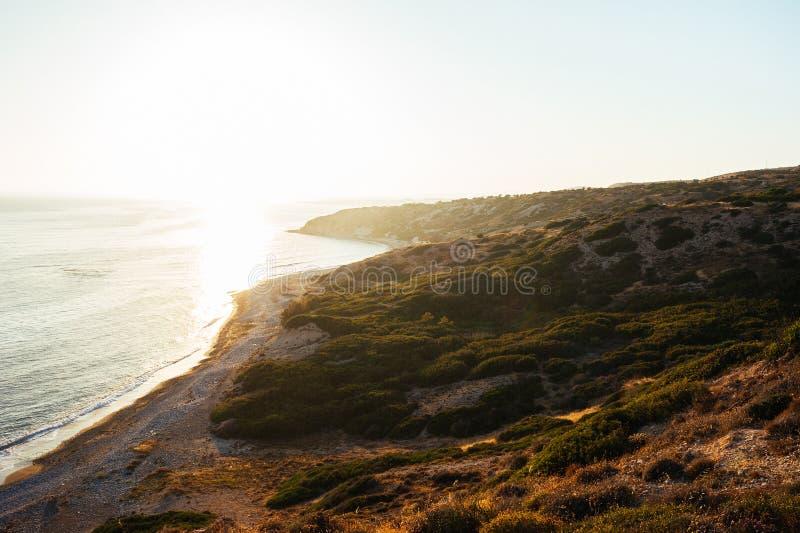 Wschód słońca w morzu od skały Zmierzch nad morzem od skały zdjęcie royalty free