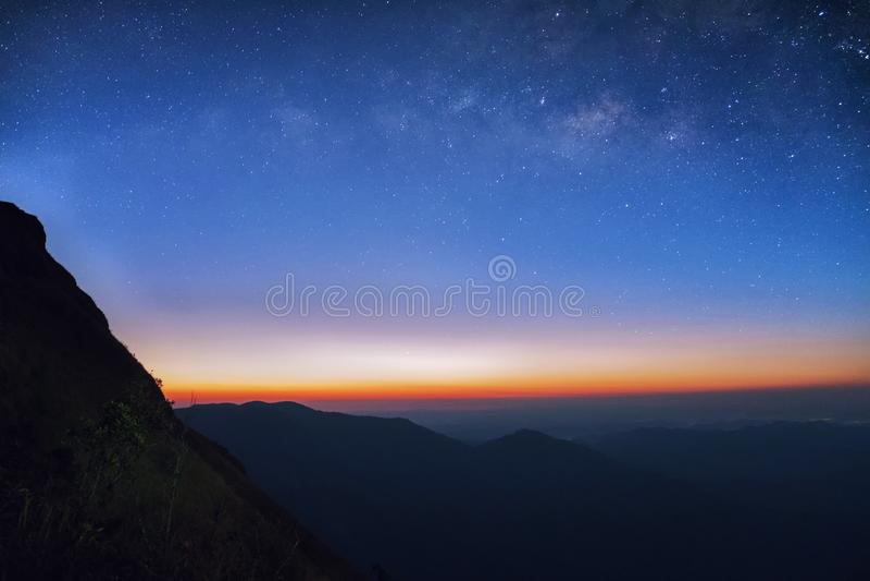 Wschód słońca w ranku, krajobraz gwiazdzie i wschodzie słońca przy mounta, zdjęcia royalty free