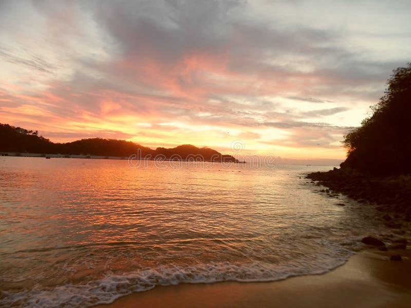 Wschód słońca w Santa Cruz plaży, Huatulco, México obrazy royalty free