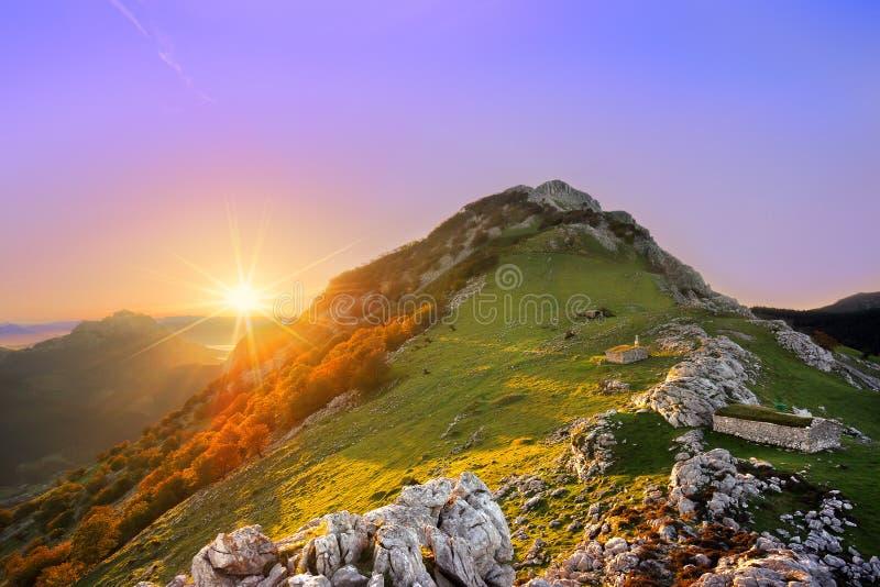 Wschód słońca w Urkiola pasmie górskim fotografia stock