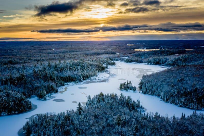 Wschód słońca w wczesnej zimie nad lasem i jeziorem obraz royalty free