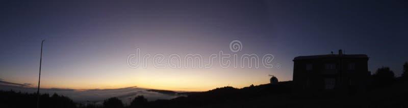 Wschód słońca w wysokogórskim astronomicznym obserwatorium obraz royalty free