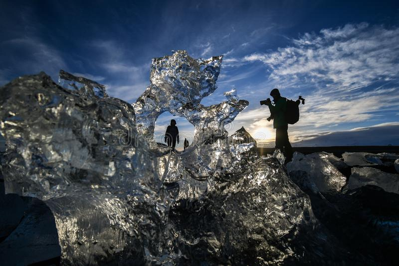Wschód słońca z lodem, morzem i sylwetkami, fotografia royalty free