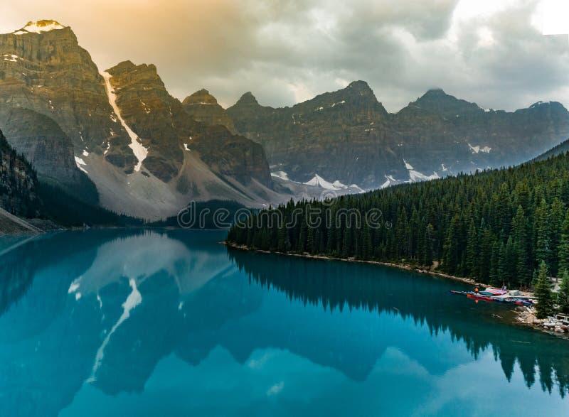 Wschód słońca z turkusem nawadnia Morena jezioro z grzech zaświecać skalistymi górami wewnątrz w Banff parku narodowym Kanada zdjęcie royalty free