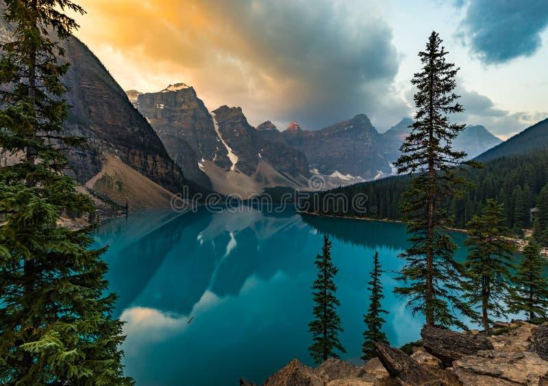 Wschód słońca z turkusem nawadnia Morena jezioro z grzech zaświecać skalistymi górami wewnątrz w Banff parku narodowym Kanada obrazy stock