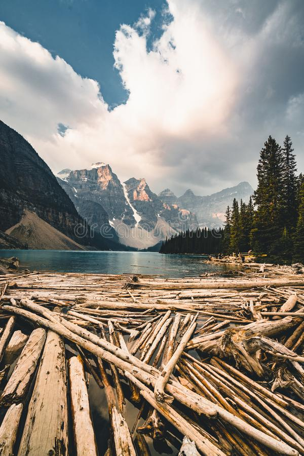 Wschód słońca z turkusem nawadnia Morena jezioro z grzech zaświecać skalistymi górami wewnątrz w Banff parku narodowym Kanada obraz royalty free