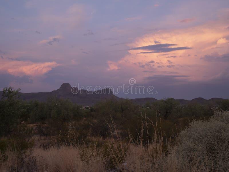 Wschód słońca zaświeca w górę chmur za zachód od sombrero szczytu w Tucson AZ obraz royalty free
