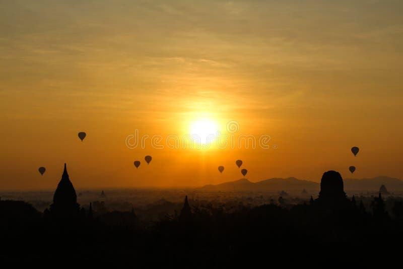 Wsch?d s?o?ca w Myanmar zdjęcia royalty free