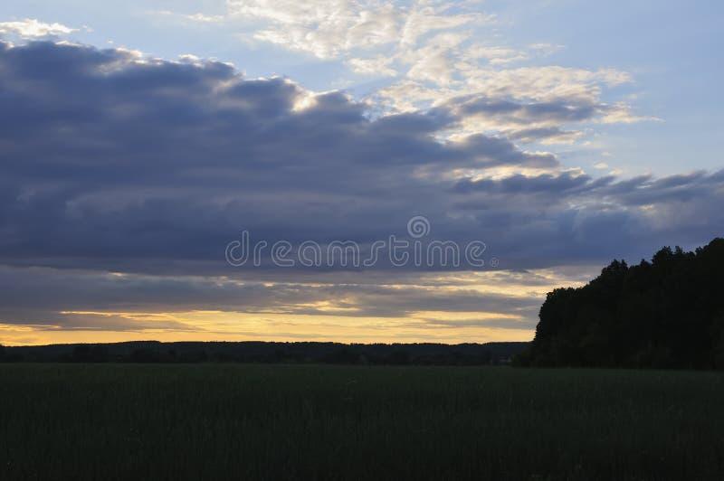 Wsch?d s?o?ca w wsi Dzień dnieje Pomarańczowy kontrast słońce z ciemnością świt Ja robi ten krajobrazowi obraz stock
