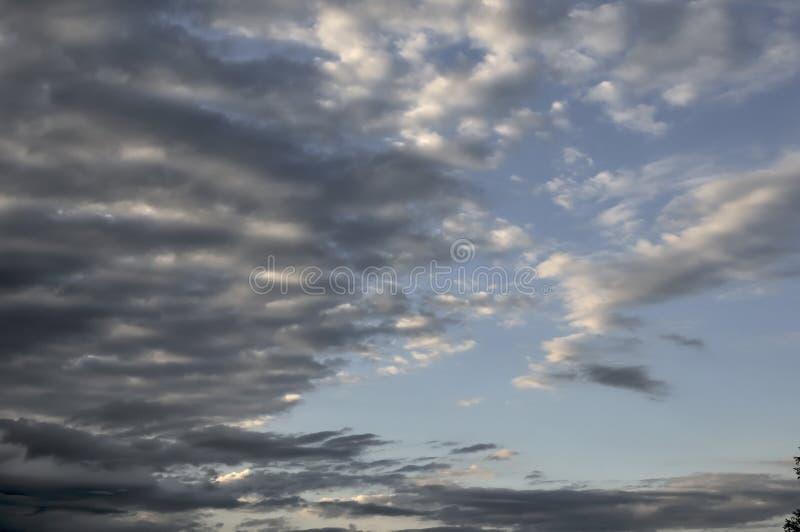 Wsch?d s?o?ca w wsi Dzień dnieje Pomarańczowy kontrast słońce z ciemnością świt Ja robi ten krajobrazowi fotografia stock