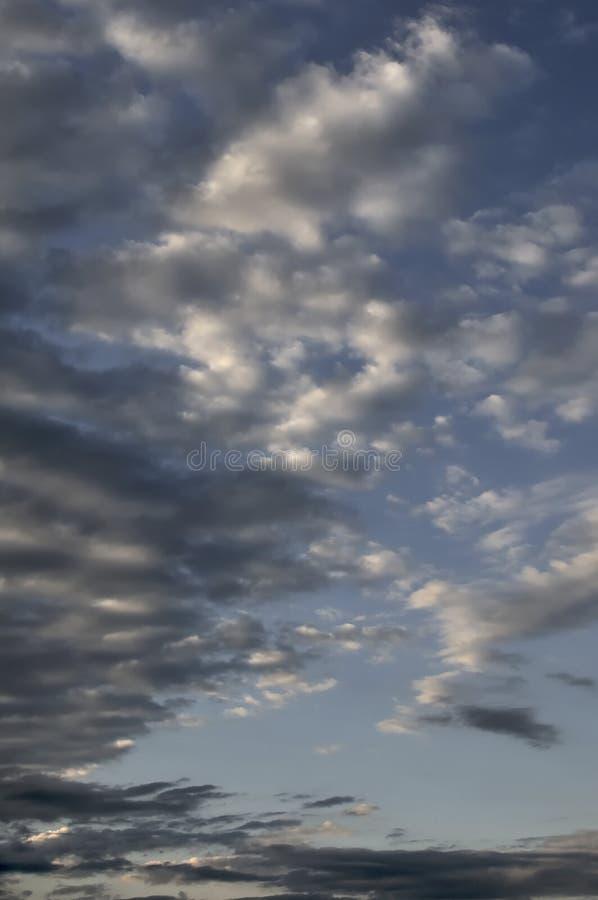 Wsch?d s?o?ca w wsi Dzień dnieje Pomarańczowy kontrast słońce z ciemnością świt Ja robi ten krajobrazowi fotografia royalty free