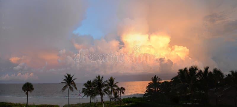 Wschodów słońca kolorów światło i zmrok przychodzący od Nowego słońca Z Południowego Floryda Wyrzucać na brzeg zdjęcia royalty free
