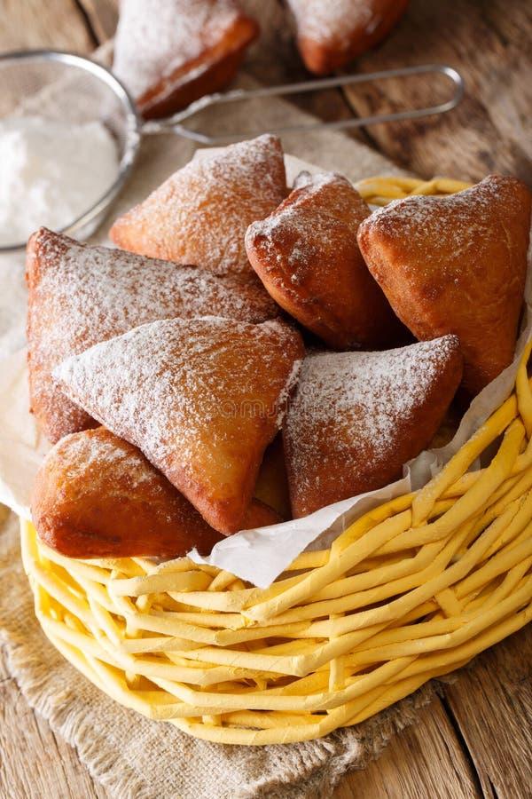 Wschodni afrykanina Mandazi dabo donuts z sproszkowanym cukieru zakończeniem up obraz stock