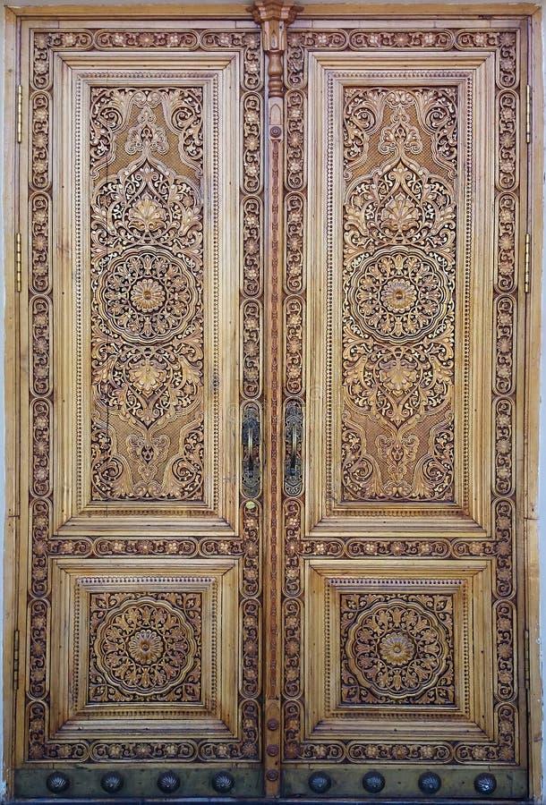 Wschodni drewniany drzwi z ornamentem islamski ornament zdjęcie royalty free
