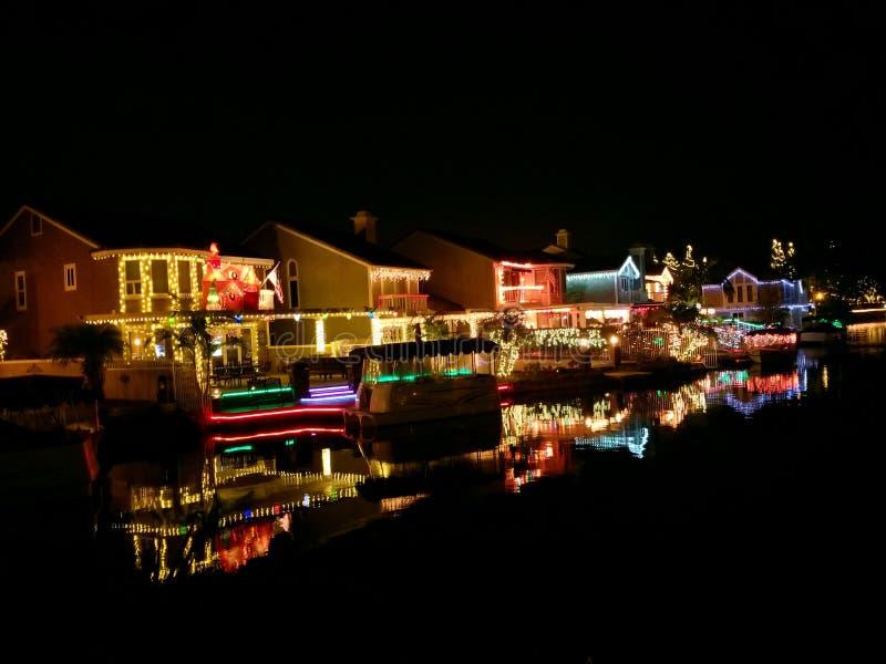 Wschodni Jeziorni wioska domy Dekorujący z bożonarodzeniowymi światłami w Yorba Linda Kalifornia zdjęcia royalty free