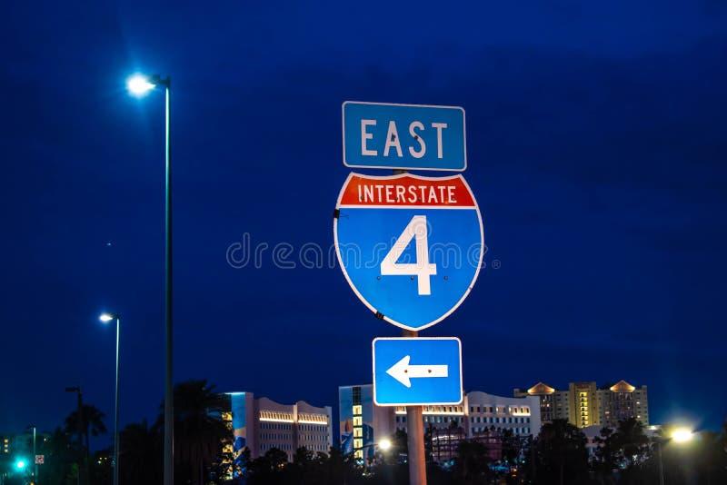 Wschodni Międzystanowy 4 znak na błękitnym nocy tle przy Universal Studios terenem zdjęcie stock