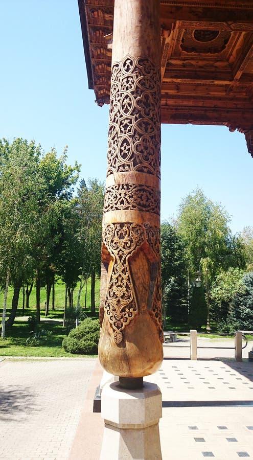 Wschodnia drewniana kolumna z ornamentem zdjęcia royalty free