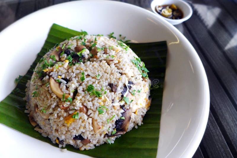 Wschodnia stylowa Dzika pieczarka smażący ryż obraz royalty free