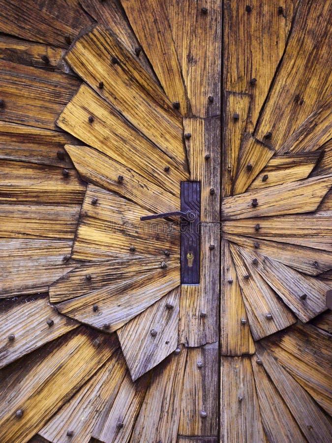 wschodnie drzwi budynków ludzi wpis klasztor jest Ukraine drewna zdjęcie royalty free