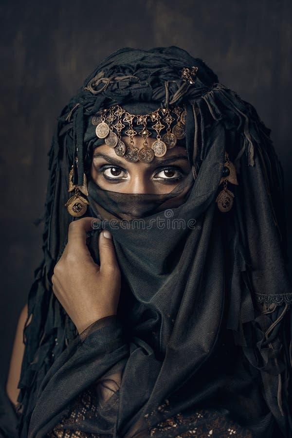 Wschodniego kobiety princess kostiumowy konceptualny portret zdjęcia stock