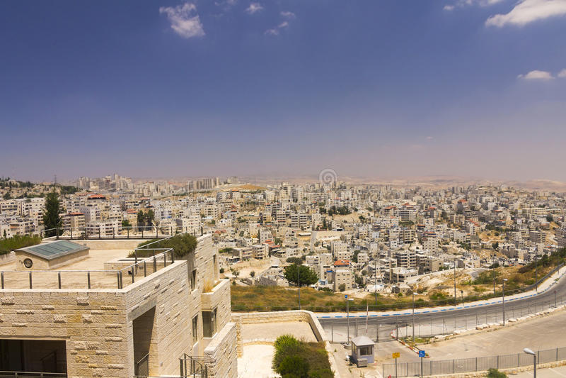 Wschodniej Jerozolimy przedmieście i Zachodniego banka miasteczka w dalekim tle fotografia royalty free