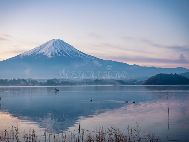 Wschodu słońca krajobrazowy widok od Kawaguchi jeziora z ruch plamą od obraz royalty free